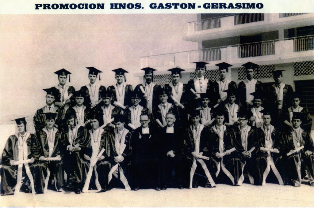 Primeros bachilleres de La Salle La Colina (1959). Alcalá sentado a la derecha del Hno. Gastón, 1er. Director. (Clic amplía).