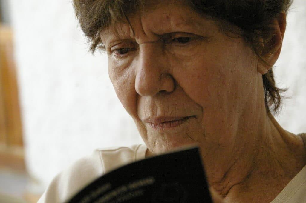 La Dra. Victoria De Estefano lee y escribe