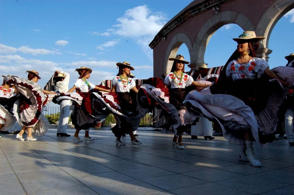 Bailarines de la Escuela de la Música Mexicana