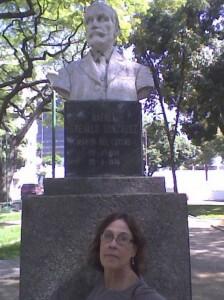 Mi esposa ante el busto de Las Delicias