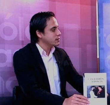 Néstor Luis González con mi libro
