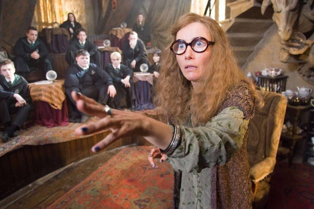 La adivinación moderna (Emma Thompson como Sybill Trelawney en Hogwarts, la escuela de Harry Potter)