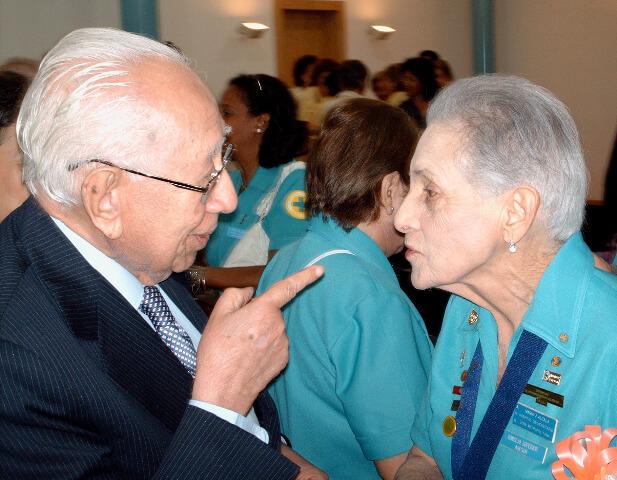 Ramón J. Velásquez con Ma. Josefina Corothie Chenel-Calcaño de Alcalá, dama voluntaria del Hospital Universitario