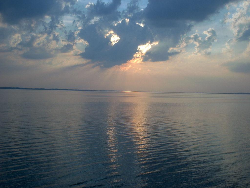 Atardecer desde la costa de Estonia